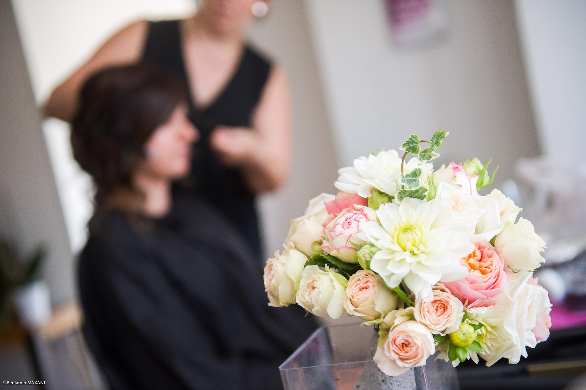 Préparation de Julie la mariée : la coiffure et le bouquet de la mariée
