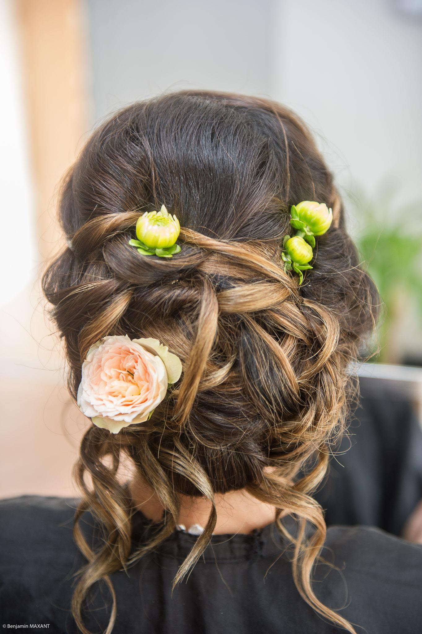 Préparation de Julie la mariée : chignon fleuri