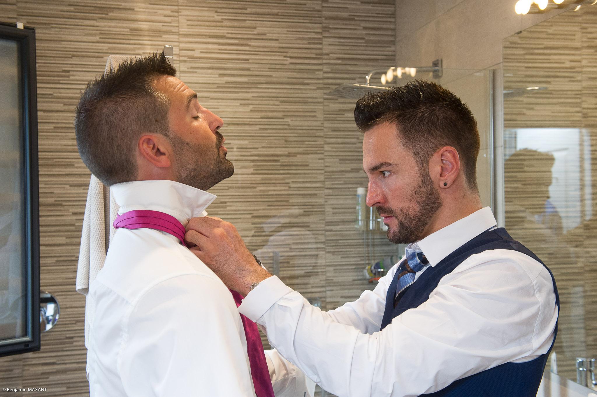 Préparation du marié - Thibault aidé par son témoin et ami David