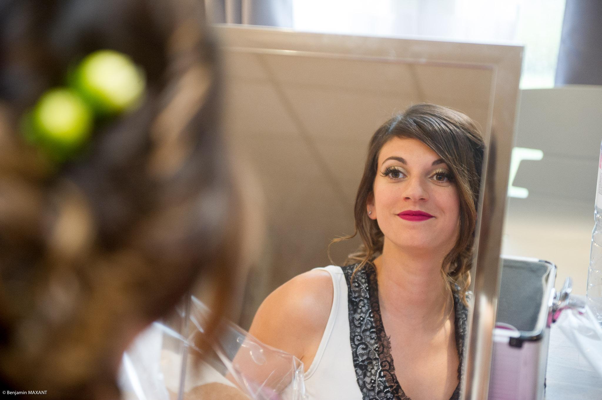 Préparation de Julie la mariée : vérification du rouge à lèvre devant le miroir