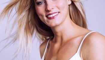 Séance photo casual en studio jean haut blanc modèle blonde