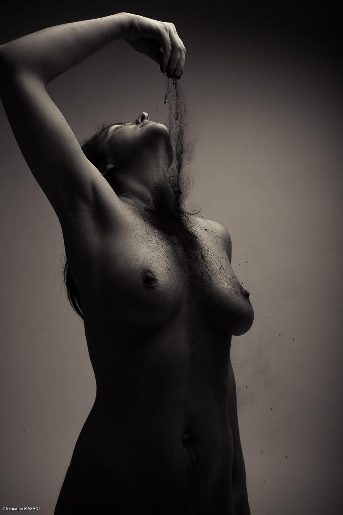 Séance photo nu artistique envoi matière noire sur le corps
