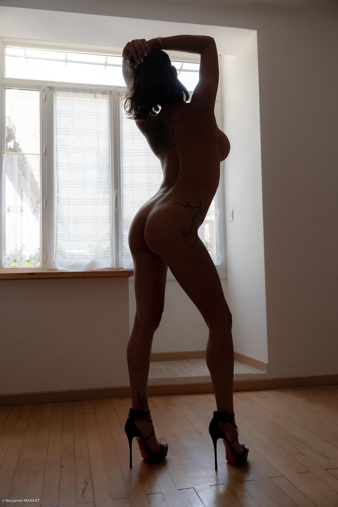 Séance photo érotique Christelle nue contre jour