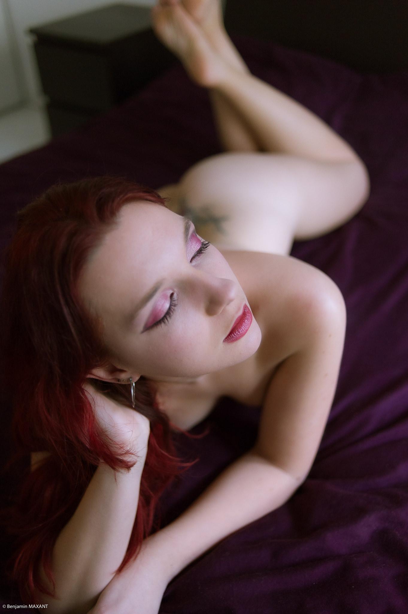Séance photo nu avec Roxane sur son lit