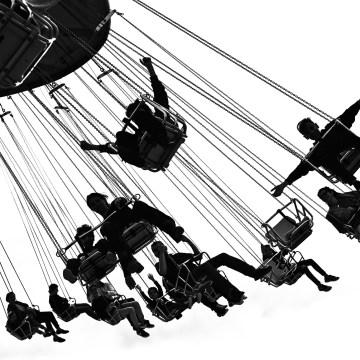 Les enfants sur les chaises volantes