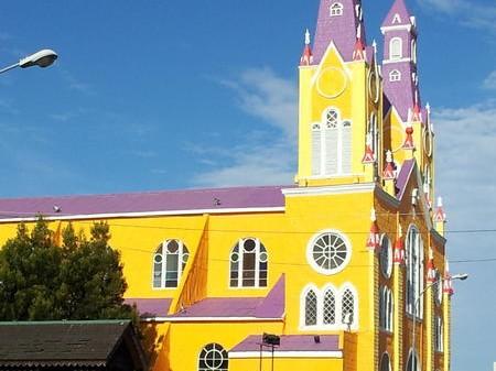 Iglesia de Castro es pintada con particulares colores en