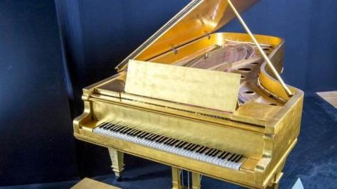 For years, Elvis' gold leaf piano was in Graceland