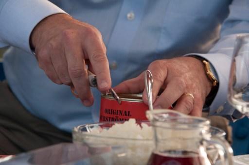 En alldeles ny och färsk surströmmingsburk från Grand Kallax öppnas för hand