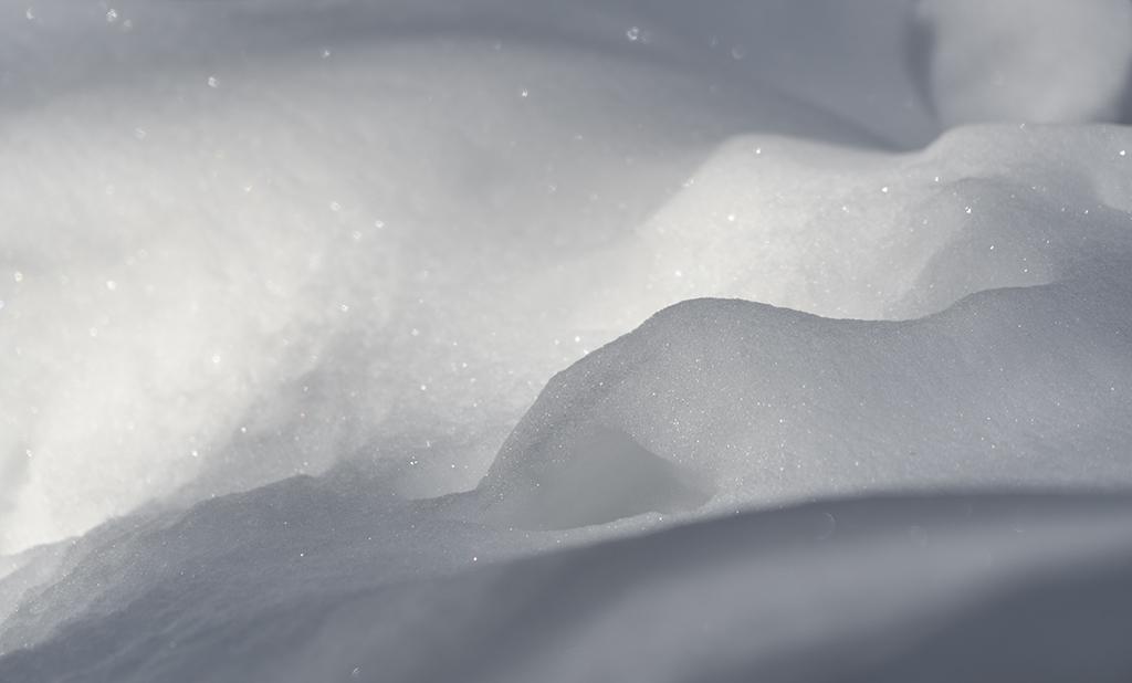 Morgonsolens skuggor ger snön nya vackra nivåer- av Margareta