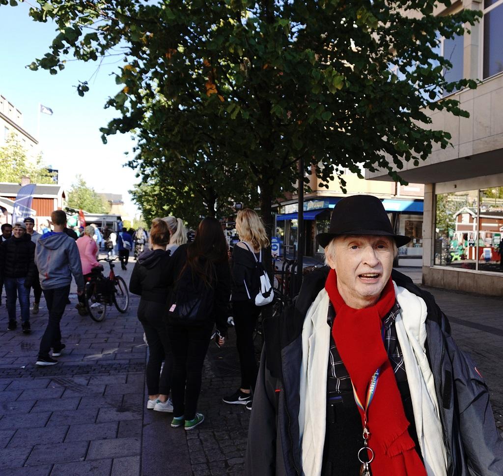 5 september - poeten Mats Emanuelsson i folkvimlet på Storgatan