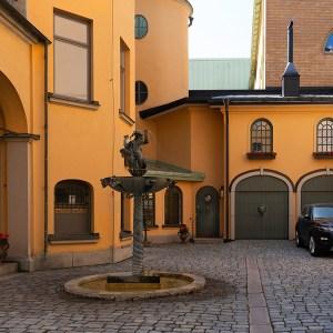 En skön bakgård i Örebro, en riktigt varm och solig dag den 18 juli av Margareta