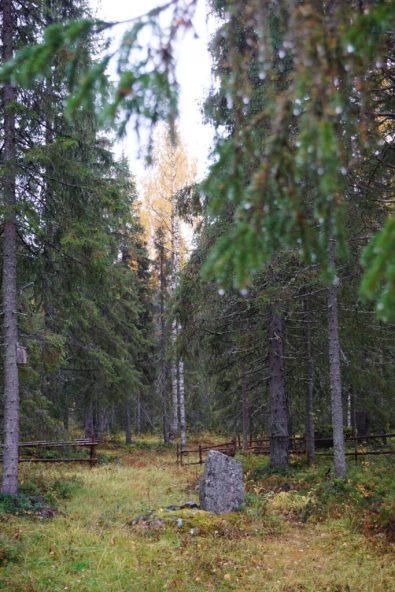 Hanhinvittikko fädbod. Militär minnessten över insats för finska flyktingar över Torneälven under Lapplandskriget 1944. Av Ewa