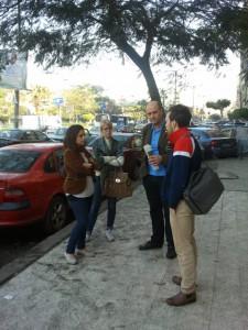 Talla al Kurdi, Linnea Swedenmark Edvardsson, Ulf Carmesund och Andreas Kjellander i samspråk på en gata i Kairo.
