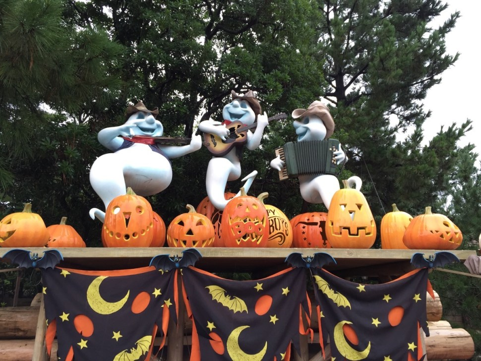 And of course Tokyo Disneyland has its own Halloween thing going on which trumps anything done in the U.S. parks (and it's all free with admission—no extra purchase hard ticket events).