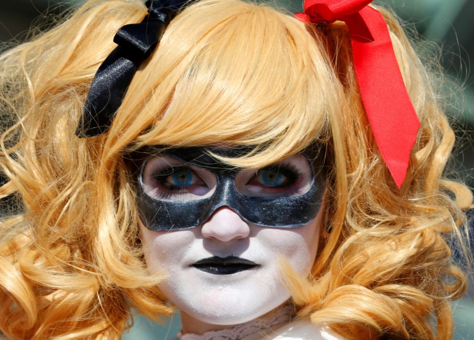 Em Blackburn from Atlanta, Georgia arrives dressed as Harley Quinn for opening day of the annual Comic-Con International in San Diego, California, United States July 21, 2016.    REUTERS/Mike Blake - RTSJ2OV