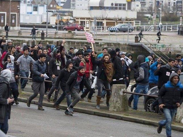 Hasil gambar untuk cALAIS migrants riot