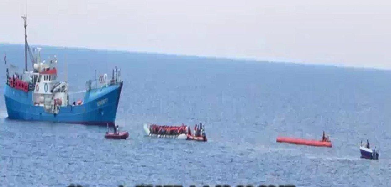 https://i0.wp.com/media.breitbart.com/media/2017/08/Fluechtlingshilfsschiff-Iuventa-nimmt-Fluechtlinge-an-Bord-2.jpg