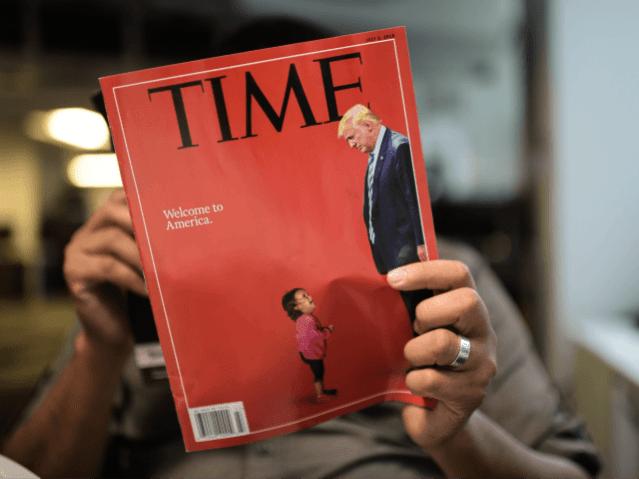 Un journaliste de l'AFP lit un exemplaire du Time Magazine avec une couverture en utilisant une combinaison de photos montrant un enfant en pleurs prises à la frontière américaine avec le Mexique et une photo du président américain Donald Trump regardant vers le bas, le 22 juin 2018 à Washington DC.  (Photo par Eric BARADAT /…