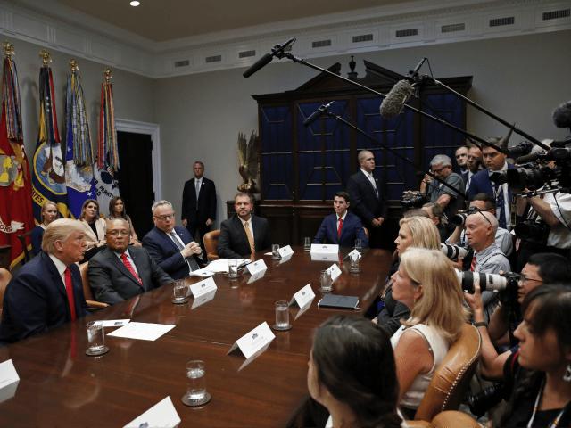 President Donald Trump, igjen, svarer på spørsmål fra media under en diskusjon for narkotikamessige samfunnsstøtteprogrammer, i Roosevelt-rommet i Det hvite hus, onsdag 29. august 2018, i Washington.  (AP Photo / Alex Brandon)