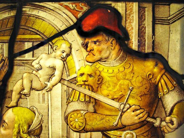 Masakra niewinnych średniowiecznych witraży - Zdjęcie stockowe Masakra niewinnych średniowiecznych witraży pokazano na obrazie na średniowiecznym panelu witrażu z XVI wieku. Zdjęcie przedstawia rzymskiego żołnierza zabijającego chłopca na rozkaz Heroda w…