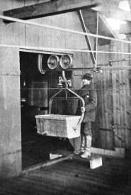 Tömning av träkol vid kolhuset från ett stickspår på linbanan