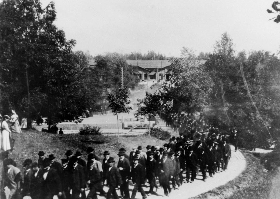Arbetare på väg att hylla brukspatron Aspelin på 70-årsdagen