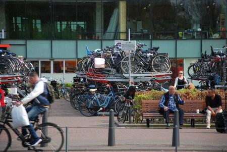 Cyklar utanför järnvägsstation i Haag