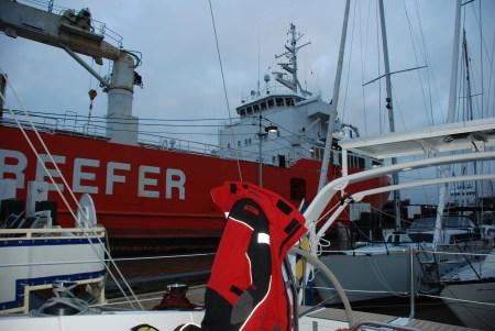 Förtöjda i marinan med närliggande sluss