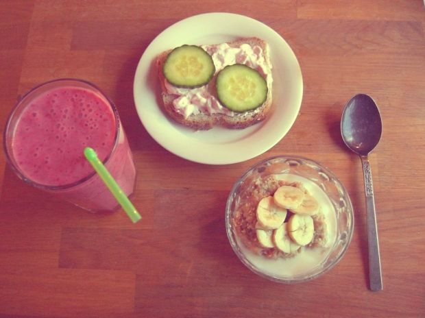havregrynsgröt med banan, smoothie och smörgås
