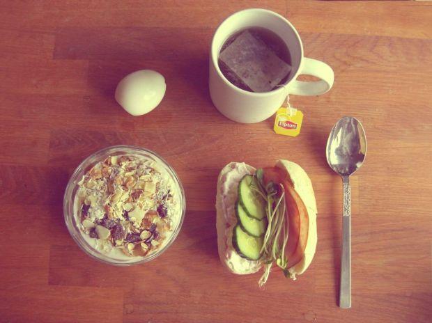 frukost yoghurt med musli kokt ägg te smörgås med gurka
