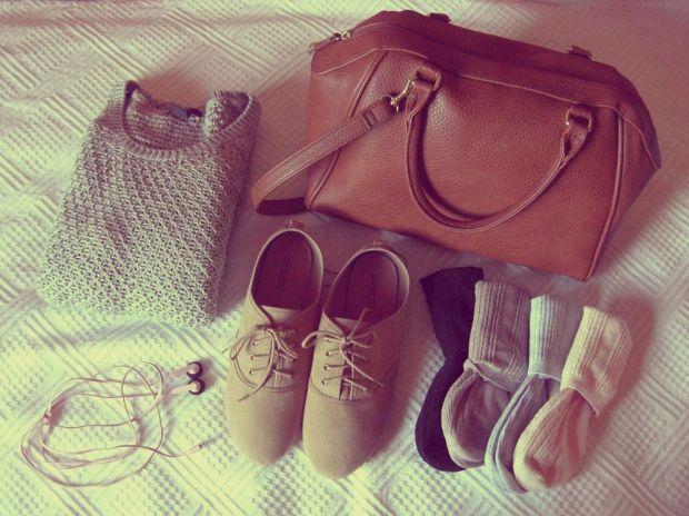brun väska, skor, strumpor, hörlurar och tröja från h&m