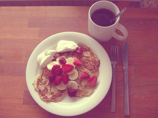 Bananpannkakor med jordgubbar, banan och kvarg samt en kopp te.