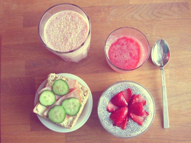 Jordgubbssmooothie, apelsin- och jordgubbsjuice, smörgås med rökt skinka och gurka samt chiapudding med jordgubbar