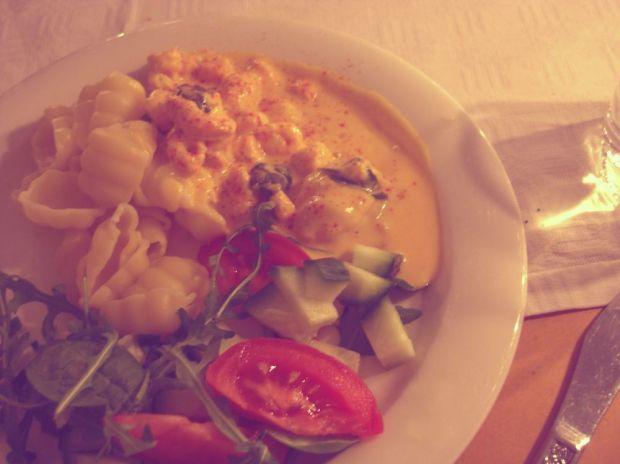 Saffran- och tomatsås med räkor och spenat med pasta