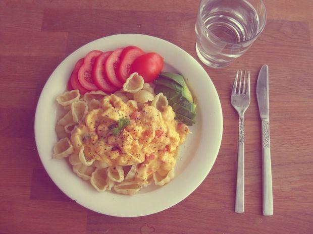 Räk- och saffranspasta (recept) med tomat och avokado
