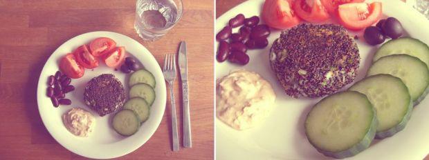 Quinoa- och broccolibiffar med oliver, gurka, tomat, kidneybönor och creme fraiche blandad med chilisås