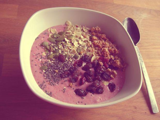 Smoothiebowl med granola, russin, torkade tranbär, sesamfrön, chiafrön och pumpafrö