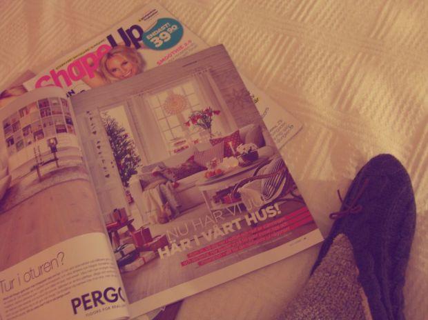 att göra en fredag - läsa en hög med tidningar