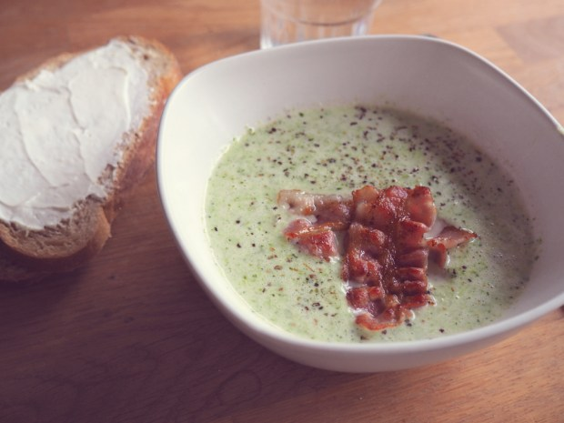 Broccolisoppa med stekt bacon