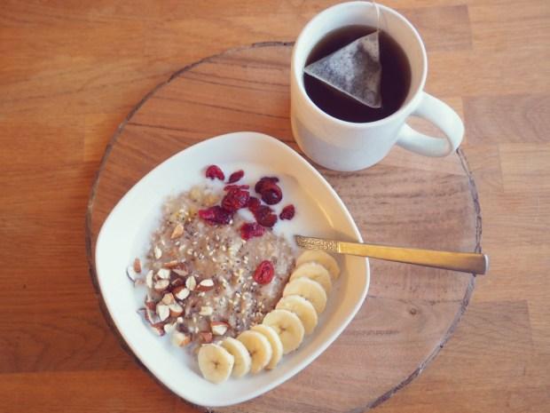 HAVREGRYN-, CHIA- OCH SESAMFRÖNSSGRÖT MED BANAN, TRANBÄR, HACKADE MANDLAR, glutenfri frukost