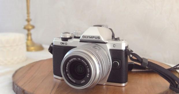 Olympus E-M10 Mark II med objektivet M.ZUIKO Digital 14-42 mm 1:3.5-5.6 II R