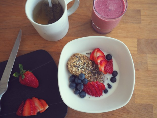 Laktosfri frukost: Weetabix med laktosfri mjölk, jorgubbar och båbär, en kopp te samt en laktosfri smoothie