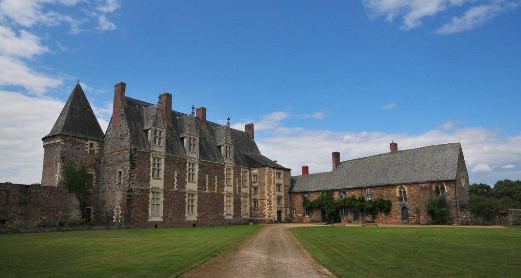 Réception dans la cour d'honneur du Château de la Motte Glain