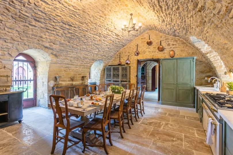 le château de rouffillac en DORDOGNE et sa cuisine médiévale rénovée