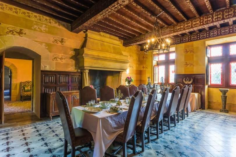 découvrir le patrimoine historique de la DORDOGNE pendant la guerre de cent ans dans la salle à manger du château de rouffillac