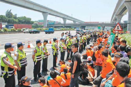 台灣國道私有化令近千名收費員失業。