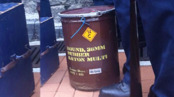 警察將催淚彈及橡膠子彈搬入特首辦