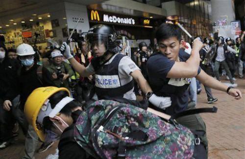 雨傘革命期間多次出現警察暴力毆打示威者的畫面,令香港警察形象變得極為負面。