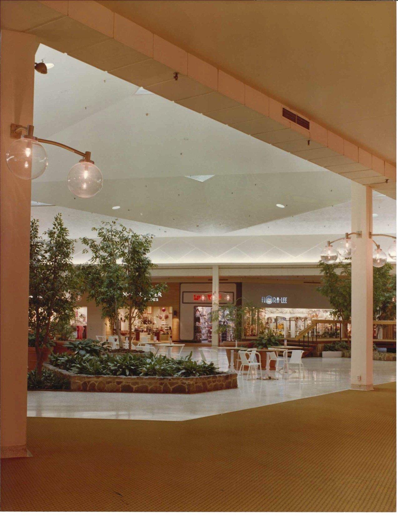 Summit Mall Food Court : summit, court, Summit, Mall,, Reborn, Akron's, Shopping, (vintage, Photos), Cleveland.com