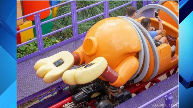 s1_1546618867710_16900094_ver1.0_1280_720 Disney docks Slinky Dog's tail